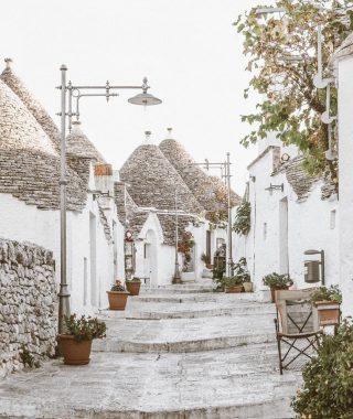 Si te dicen que te puedes teletransportar a cualquier lugar ¿dónde te encontrarían ? Nosotras hoy nos perderíamos en Alberobello en la región de la Puglia , famosa por sus cabañas de piedra con techumbre en forma de cono. Un lugar mágico✨ . . Inspo @masseriamoroseta . . #felizfinde #desconectarparaconectar #lugaresconencanto #inspiracion #tokutinspo #relaxtime #takeyourtime #igersvilafranca #igersvic #igersterrassa #igersmataro